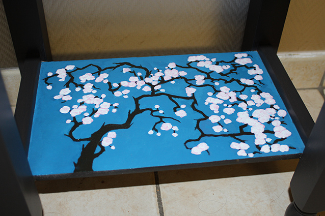 Meuble relooké motif fleurs de cerisiers