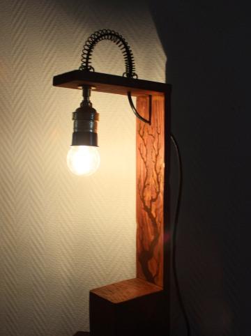 Lampe décorative avec ampoule allumée